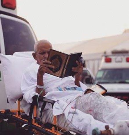 قرآن خواندن حاجی مجروح در منا + عکس