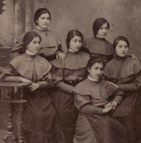 دانش آموزان دختر در دوران قاجار / عکس