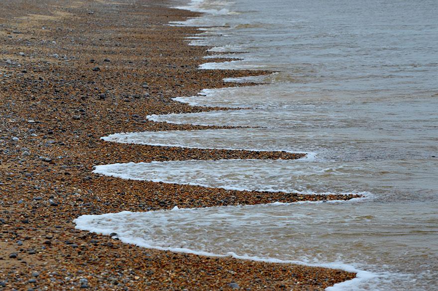موج های عجیب دریا به ساحل