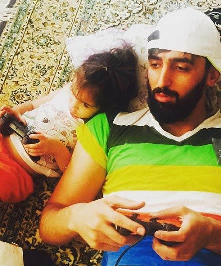 تعطیلات ستاره مشهور والیبال در کنار دخترش / عکس