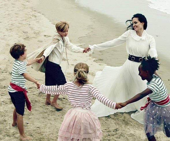 آنجلینا جولی در کنار ساحل دریا / عکس