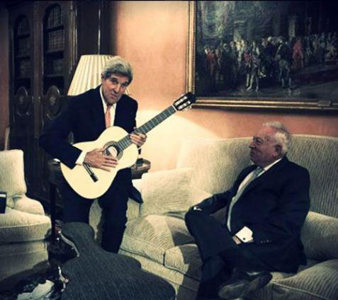 جان کری در حال گیتار زدن! + عکس