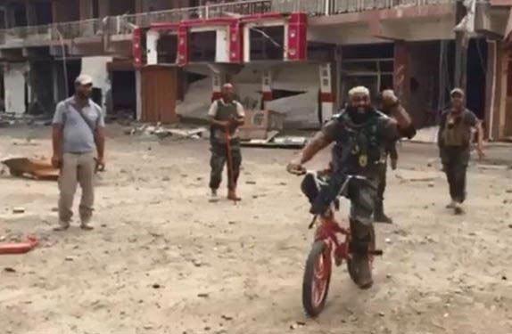 ابو عزرائیل با دوچرخه به سراغ داعش رفت! + عکس