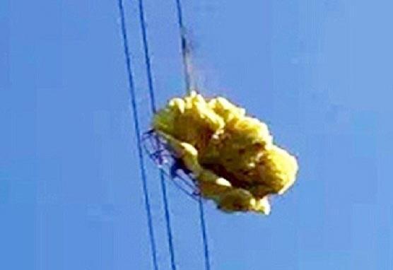 فرود یک چترباز بدشانس روی کابل برق ۱۰۰ هزار ولتی! + تصاویر
