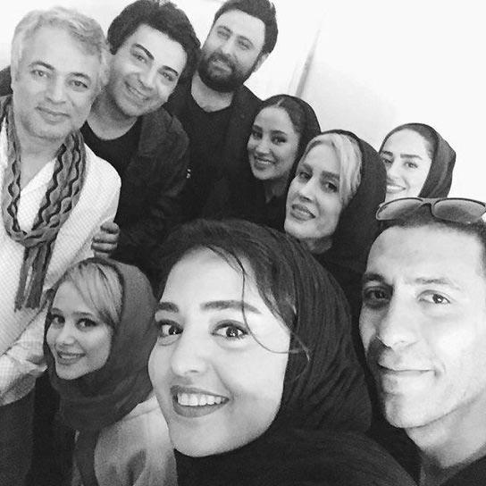 سلفی نرگس محمدی با فرزاد حسنی و دیگر بازیگران + عکس