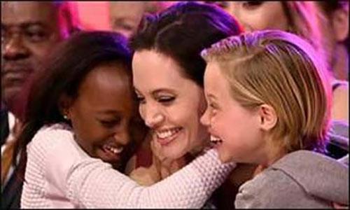 آنجلیا جولی بدون اطلاع بردپیت کودکی را به فرزندی پذیرفت