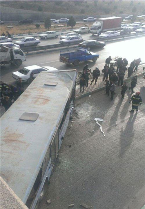 سقوط اتوبوس از پل به اتوبان چمران+عکس