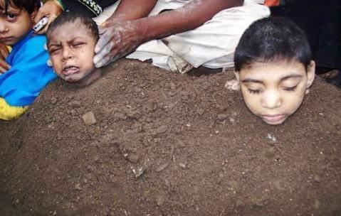 دفن کودکان زنده در کود!+عکس