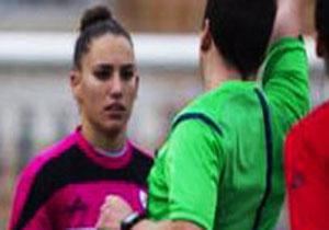 تقاضای شرم آور داور مرد از خانم فوتبالیست زیبا+عکس