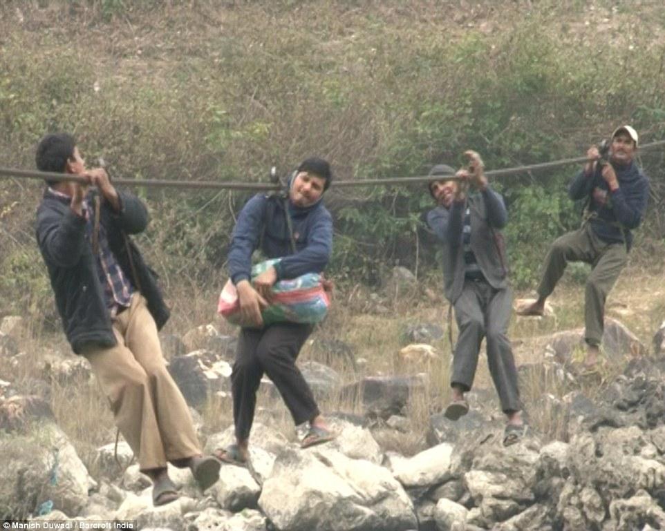 خطرناک ترین مسیر خانه تا مدرسه + تصاویر