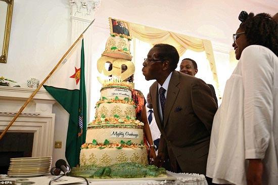 جنجال جشن تولد رئیس جمهور ۹۲ ساله با کیک ۹۲ کیلوگرمی + تصاویر