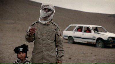 پسر ۴ ساله داعشی ۳ نفر را اعدام کرد+ عکس