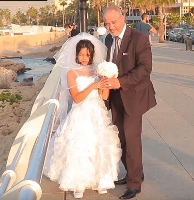 ازدواج مرد مسن با دختر ۱۲ ساله جنجال به پا کرد+عکس