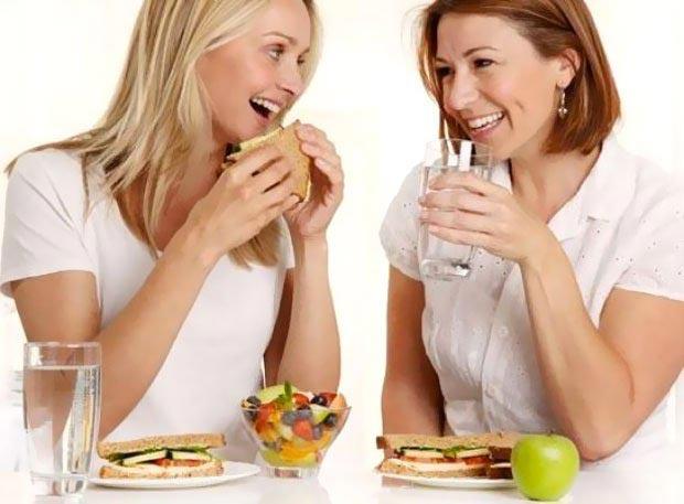آیا نوشیدن یک لیوان آب با وعده های غذایی اثرات منفی دارد؟