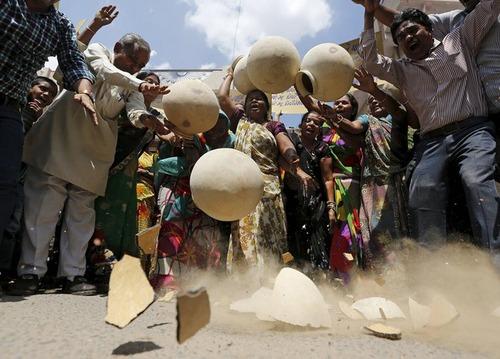 شکستن کوزه های سفالی در اعتراض به بحران کمبود آب در شهر احمد آباد هند