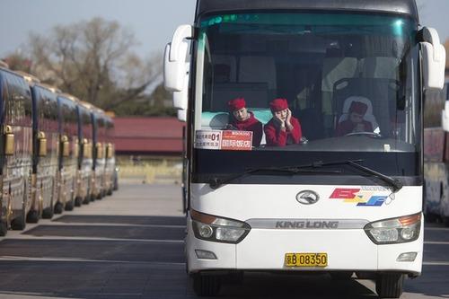 پارکینگ محوطه کنگره ملی خلق چین (پارلمان) و زنان راننده منتظر جابجایی میهمانان شرکت کننده در این کنگره
