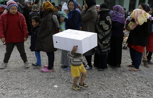 صف توزیع غذا در کمپ پناهجویان در آتن یونان