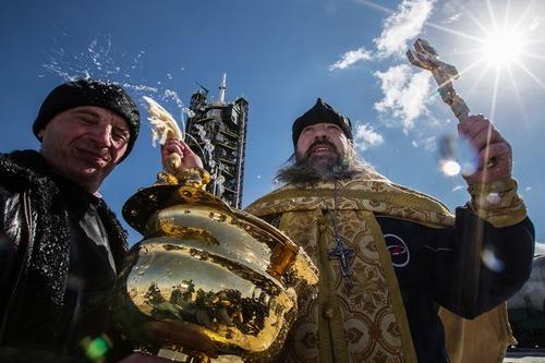 اجرای مراسم مذهبی از سوی کشیش ارتدوکس روسی پیش از پرتاب ماهواره سایوز روسی از پایگاه فضایی بایکونور قزاقستان