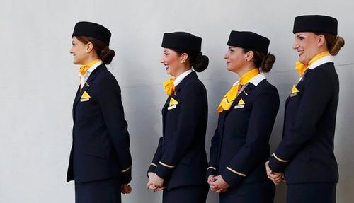 کارکنان شرکت هواپیمایی لوفت هانزا آلمان در نشست خبری هیات مدیره این شرکت در فرانکفورت آلمان