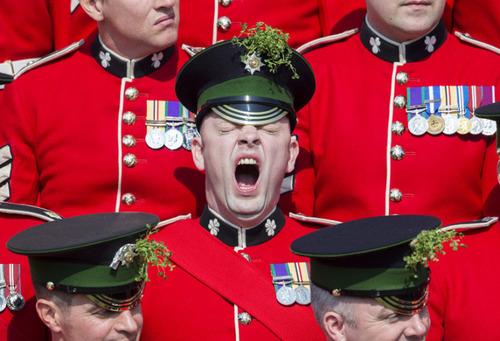 خمیازه یکی از اعضای گارد ایرلندی ارتش بریتانیا هنگام سان دیدن پرنس ویلیام نوه ملکه بریتانیا از آنها به مناسبت روز سن پاتریک
