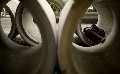 خواب نیمروزی مرد فیلیپینی داخل لوله های سیمانی – مانیل