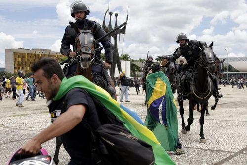 تظاهرات بر ضد خانم دیلما روسف رییس جمهوری برزیل درشهر برزیلیا