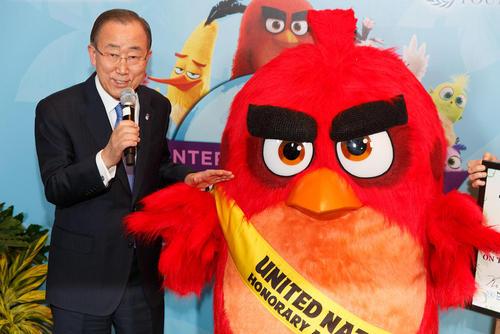 بان کی مون دبیر کل سازمان ملل در کنار عروسک