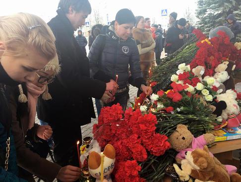 ادای احترام شهروندان روس به قربانیان سانحه اخیر سقوط هواپیما