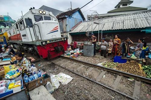 بازار سنتی در جاوه اندونزی در کنار ریل قطار