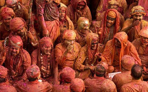 برگزاری جشنی آیینی و رنگی در روستایی در اوتارپرادش هند