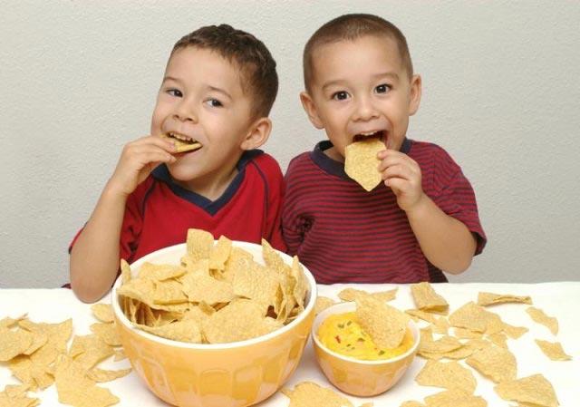 مضرات مصرف چیپس برای کودکان