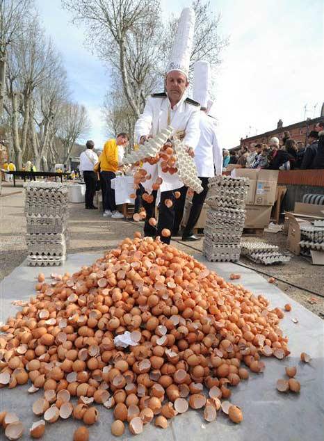 پخت بزرگترین املت جهان با ۱۵۰۰۰ تخم مرغ + عکس