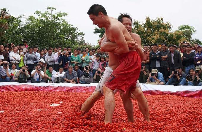 کُشتی در استخر گوجه + تصاویر