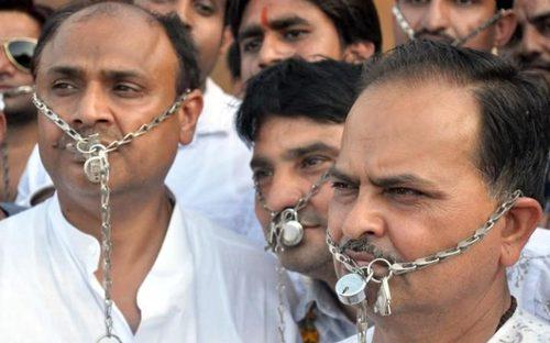 طلا و جواهر سازان در شهر بیکانر هند در اعتراض به افزایش مالیات غیر مستقیم بر صنف طلا و جواهر تظاهرات کردند