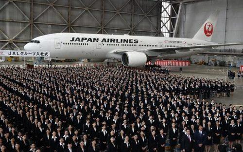 1405 نیروی تازه استخدام شده در شرکت هواپیمایی ژاپن در نخستین روز کاری و جریان مراسم رسمی در فرودگاه توکیو