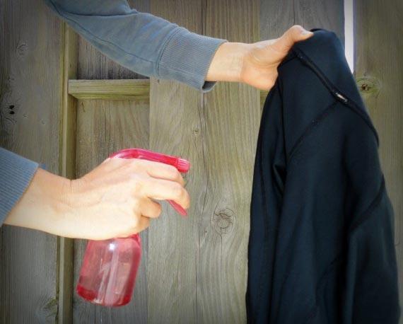 ۱۰ روش برای صاف کردن لباس در صورت نبود اتو