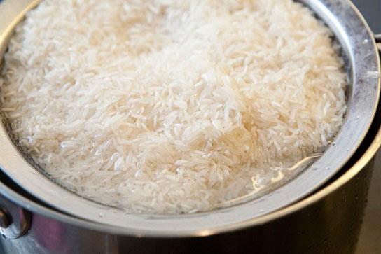 نحوه خیساندن برنج در ۴ مرحله
