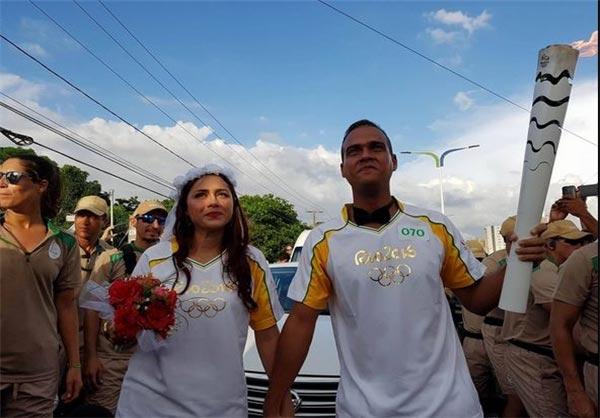 خواستگاری در زمان حمل مشعل المپیک + تصاویر