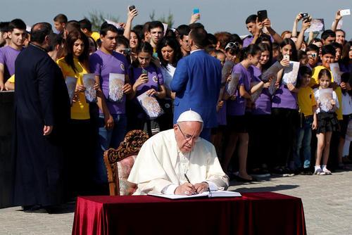 امضای دفتر یادبود کشتار ارامنه از سوی پاپ در جریان دیدار او از بنای یادبود آن در شهر ایروان