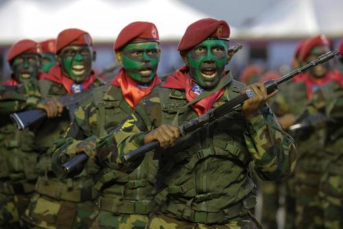 رژه نظامیان ارتش ونزوئلا در صدو نودو پنجمین سالگرد نبرد کارابوبو- کاراکاس