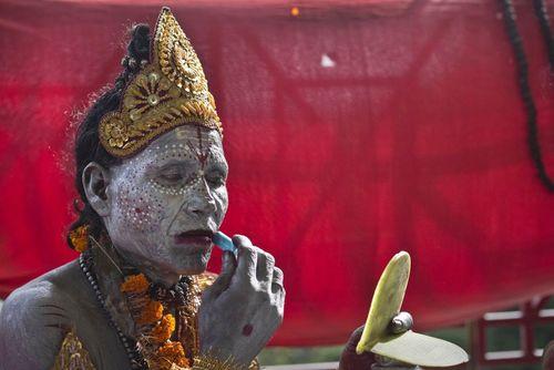 مرد هندو با آرایش لرد شیوا در جریان یک جشنواره آیینی هندوها در گواهاتی هند