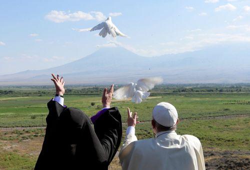 پاپ فرانسیس به همراه