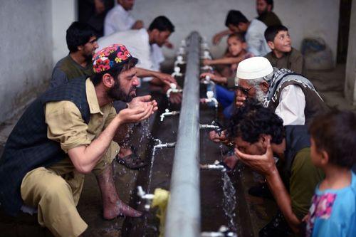 مسلمانان روزه دار در حال وضو گرفتن در مسجد – محله قدیمی شهر کابل