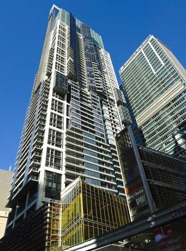 سقوط معجزه آسای این مرد از ساختمان 18 طبقه + عکس