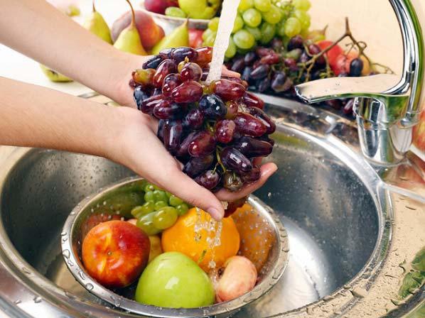 روشی آسان برای ضد عفونی میوه ها و سبزیجات