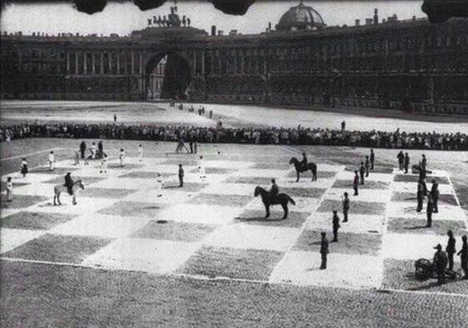 بازی شطرنج با مهره های واقعی! + عکس
