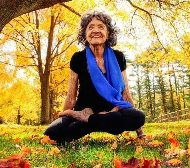 این خانم مسن ترین مربی یوگا در جهان است + تصاویر