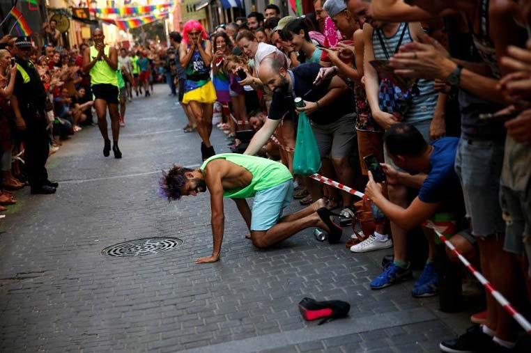 مسابقه دو مردان با کفش پاشنه بلند زنانه / تصاویر