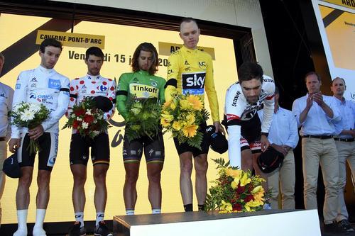 ادای احترام قهرمانان صاحب عنوان مسابقات دورچرخه سواری تور دوفرانس فرانسه در مراسم اهدای مدال به قربانیان واقعه تروریستی شهر نیس