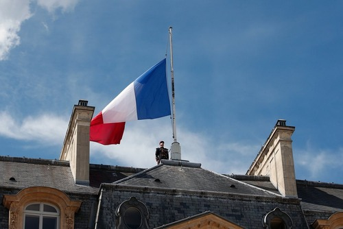 پرچم نیمه افراشته بر فراز کاخ الیزه پاریس به مناسبت سه روز عزای عمومی در فرانسه